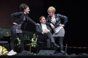 "Die ""Fledermaus"" in modernem Gewand (Foto: Thomas M. Jauk/Stage Picture)"